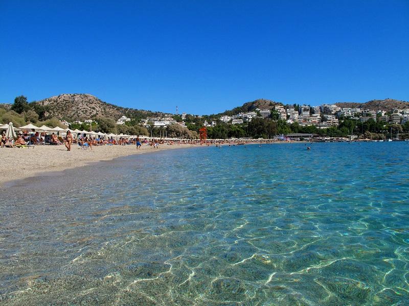 Praia de Vouliagmeni perto de Atenas