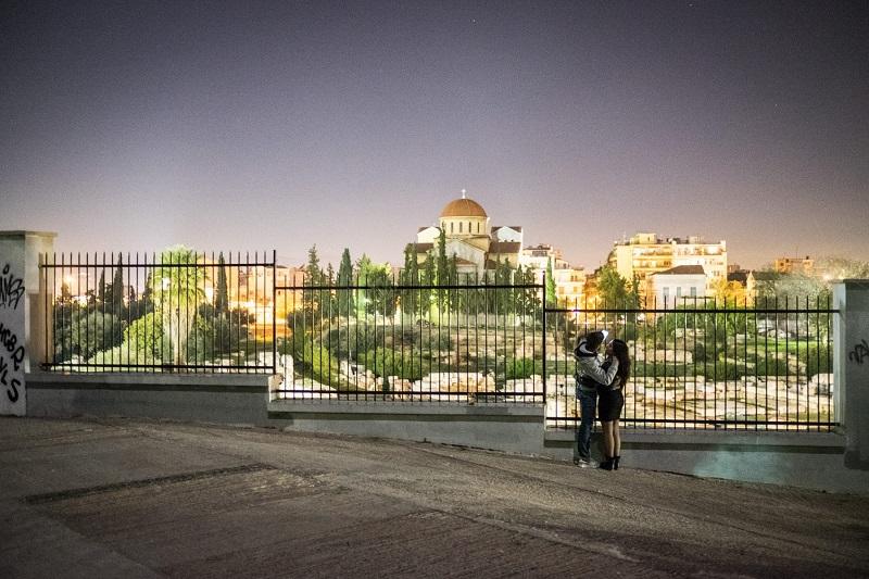Casal à noite em Atenas