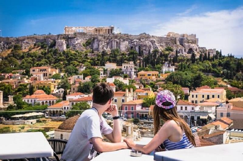 Casal em restaurante no centro de Atenas