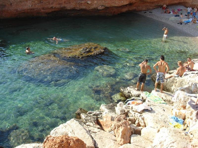 Praia de Varkiza perto de Atenas