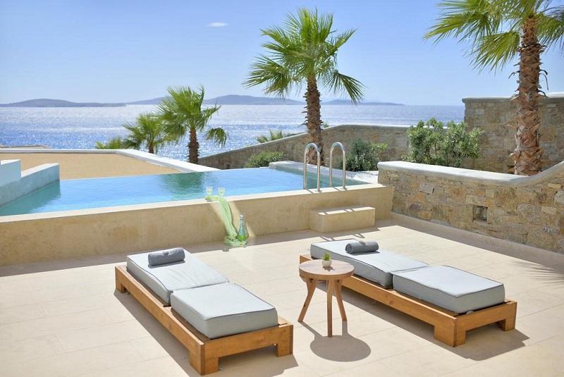 Piscina de hotel na Grécia