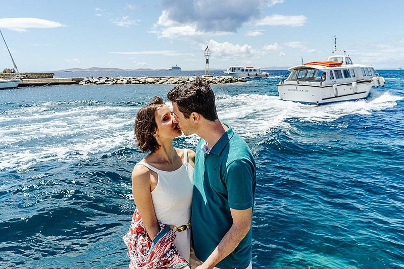 Casal em viagem pela Grécia