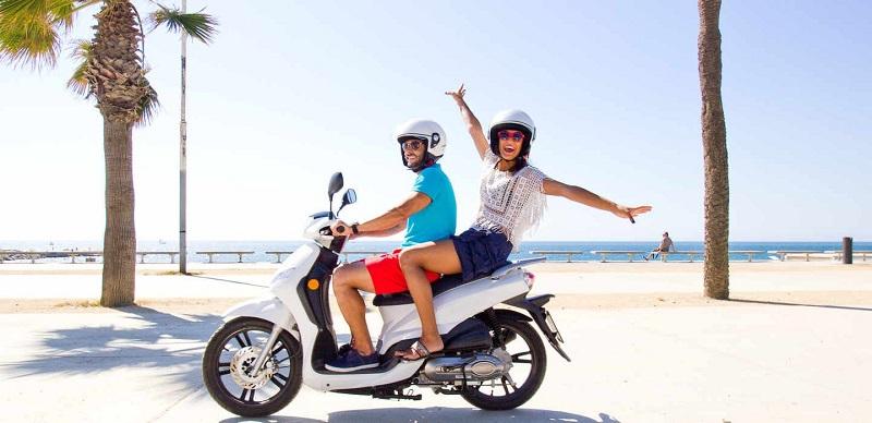 Passeio de scooter em Santorini