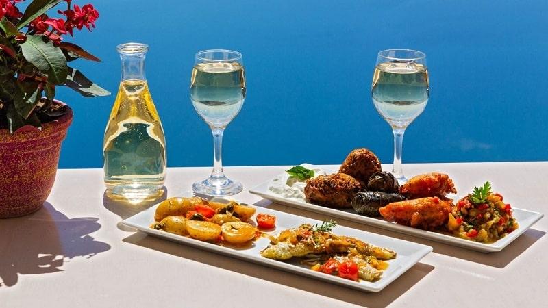 Comida grega em restaurante na Grécia