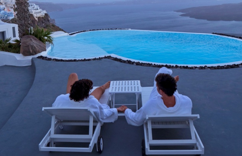 Casal LGBTI em hotel de Santorini