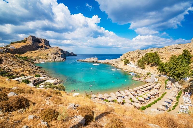 Praia na ilha de Rodes, na Grécia
