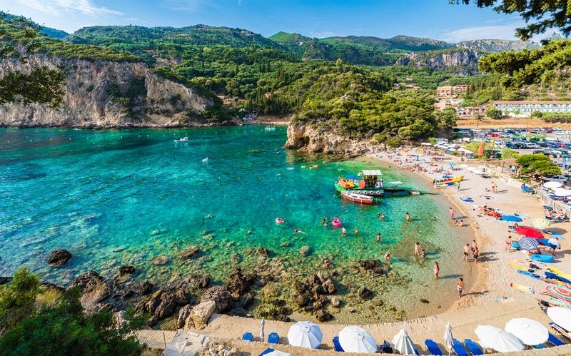 Praia em Corfu, na Grécia