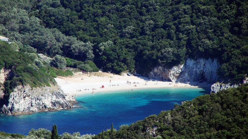 Praia de Rovinia em Corfu