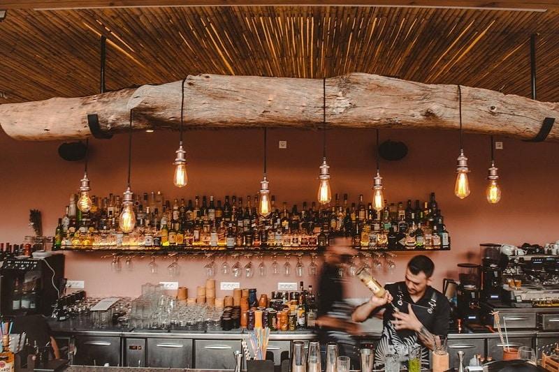 Bartender do Xalavro Cocktail Bar em Creta