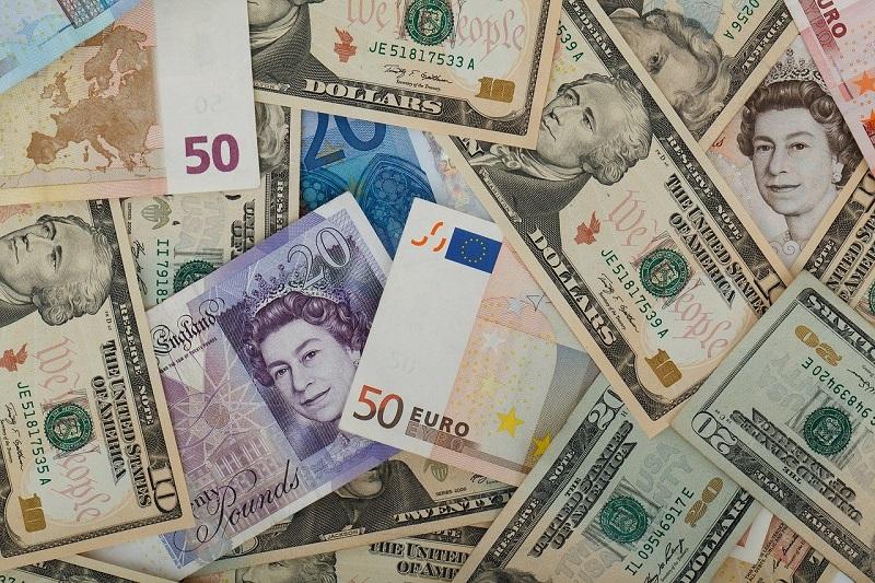 Notas de dólares, libras e euros