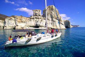 Passeio de barco pelas águas de Milos
