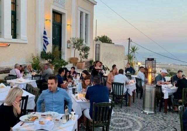 Que língua se fala em Santorini?